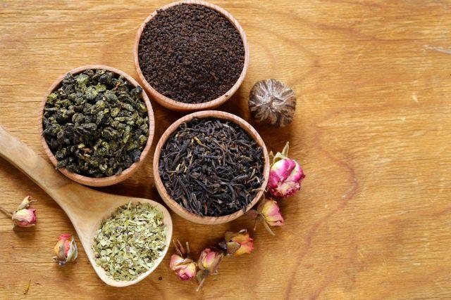 Různé druhy sypaného čaje