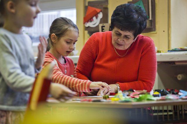Při zápisu do první třídy děti přednáší básničky a také poznávají tvary a barvy