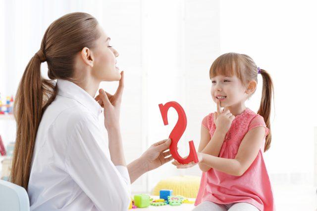 Logopedka trénuje s dívkou správnou výslovnost   foto: Profimedia