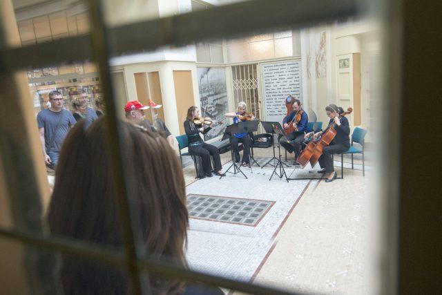 V červnu například filharmonie vyrazila do ulic. Hudebníci hráli v restauracích nebo v Machoňově pasáži