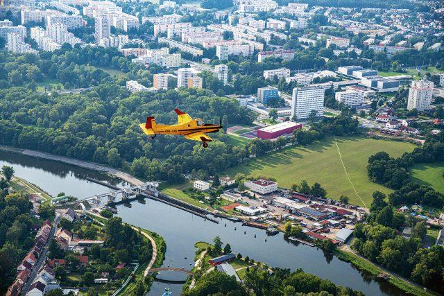 Průlet nad Pardubicemi   foto: CBS Nakladatelství