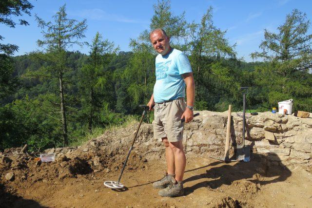 Archeolog David Vích při výzkumu hradu Brandýs nad Orlicí v roce 2020
