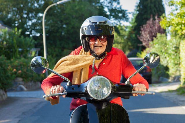 Seniorka na skútru | foto: Profimedia