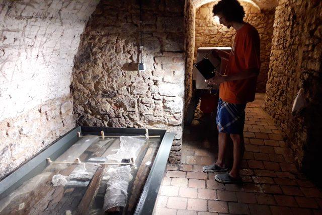 Studenti z litomyšlské fakulty restaurování naložili tisíce let starou studnu do cukerného roztoku