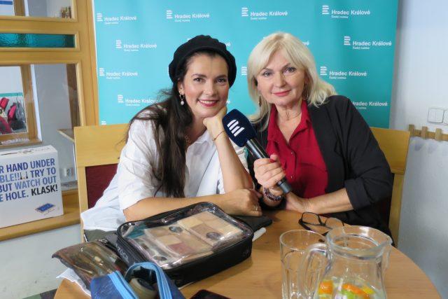 Lucía Gibodová Hrušková v rozhlasové kavárně spolu s Ladou Klokočníkovou | foto: Milan Baják,  Český rozhlas