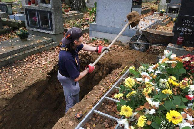 Hrobník na pardubickém hřbitově kope další z hrobů. Letos na podzim má výrazně víc práce