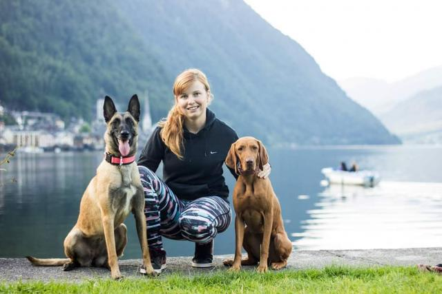 Nikola Koubková se svými dvěma psími svěřenci,  belgickým ovčákem a německým ohařem   foto: archiv Nikoly Koubkové