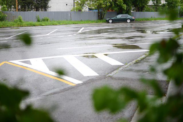 Kdo zaparkuje u Automatických mlýnů, má plochu sám pro sebe. Dříve plné parkoviště je teď prakticky bez aut
