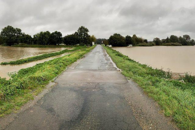 Okolí Úhřetic zaplavila říčka Novohradka, která je na 3. stupni povodňové aktivity