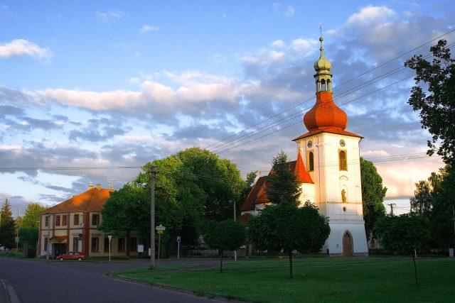 Kostel ze 14. století je v Tuněchodech dominantou obce