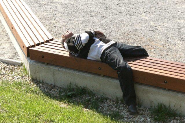 Muž bez domova spí na lavičce  (ilustrační foto) | foto: Profimedia