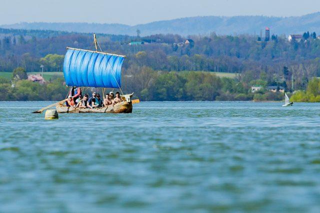 Expedice Monoxylon III. Na vodní nádrži Rozkoš u České Skalice testovali monoxyl s plachtou