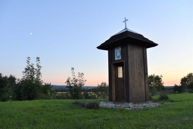 Kapličku postavil Jiří Vopařil nad Chotovicemi