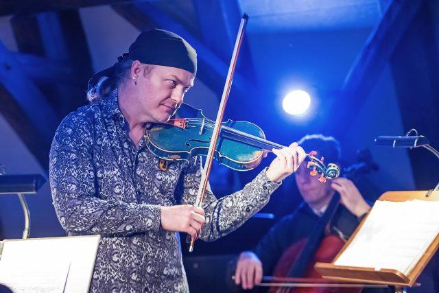 Pavel Šporcl hraje na své modré housle  (ilustrační foto) | foto: Michal Siroň,  Jihočeské divadlo