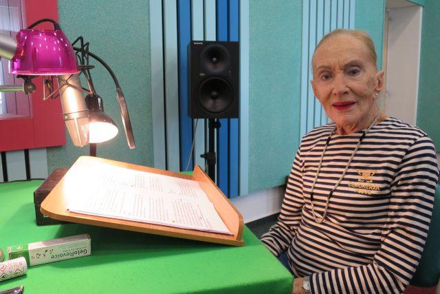 Soňa Červená natáčí v hradeckém rozhlasovém studiu četbu své knihy Stýskání zakázáno | foto: Milan Baják,  Český rozhlas