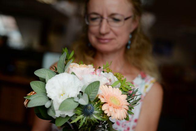 Kupované květiny často postrádají vůni. Můžeme jim pomoci tím, že přidáme bylinky. Šalvěj voní a navíc je krásná