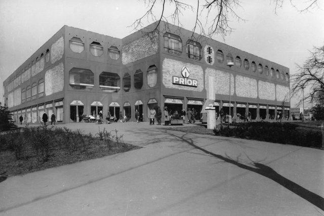 Obchodní dům Prior v Pardubicích krátce po dokončení v roce 1974