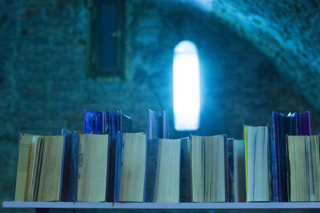 Krajská knihovna v Pardubicích knihy po výpůjčce dává do karantény a dezinfikuje UV zářením