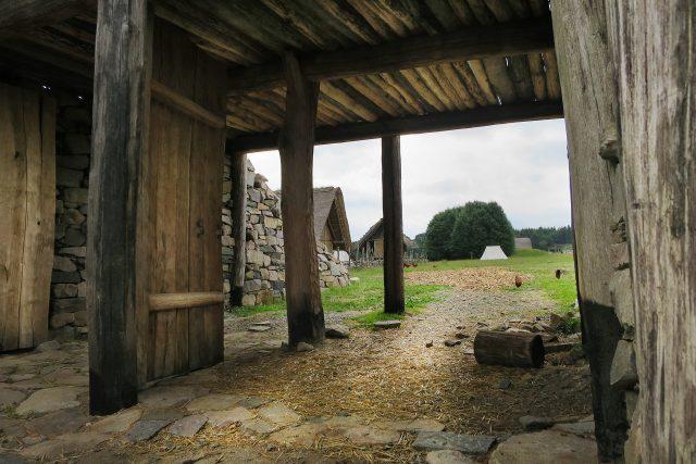 Průchod branou Keltského archeoskanzenu Nasavrky