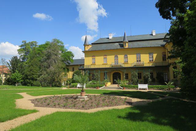 Zámek Slatiňany při pohledu ze zahrady