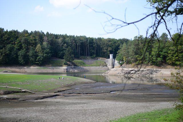 Z obnaženého dna přehrady se stala atrakce. Lidé sem chodí na procházky