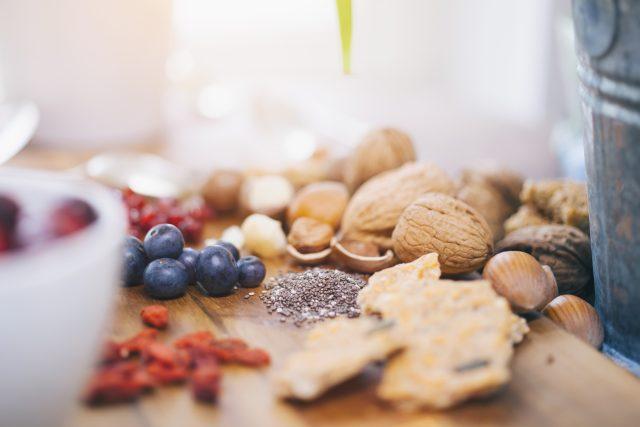 Superpotraviny nemusejí být exotické. Mohou to být i vlašské ořechy a borůvky z vaší zahrady   foto: Profimedia