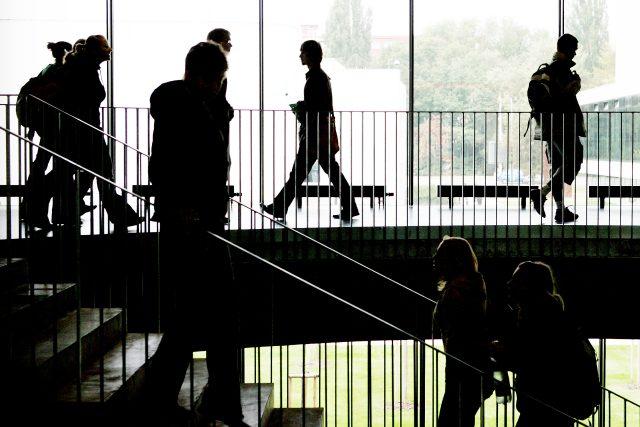 Studenti na schodišti pardubické univerzity