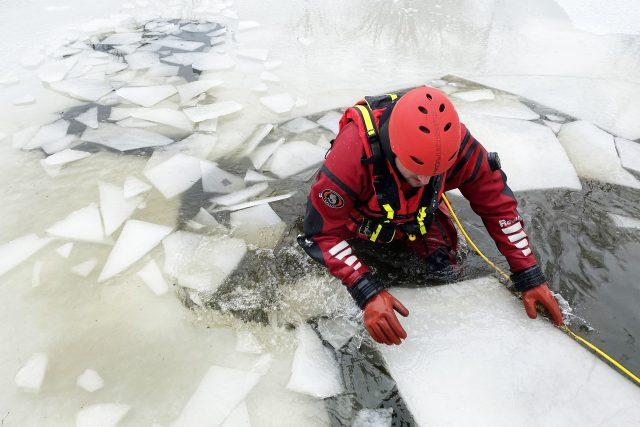 Led je i po několikadenních mrazech příliš nebezpečný, měří jen pár centimetrů