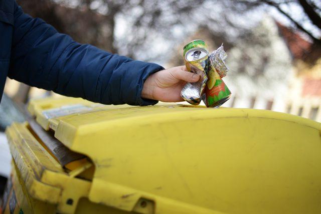 V Chrudimi začali třídit kovy. Plechovky, alobal a další odevzdávají do žlutých kontejnerů na plast