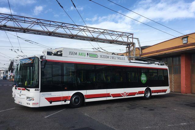 Nové pardubické trolejbusy umí jezdit i bez trolejí. Mají baterky