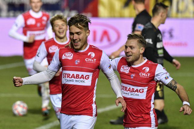 David Huf se raduje se spoluhráčem Tomášem Čelůstkou z gólu proti FC Zbrojovka Brno