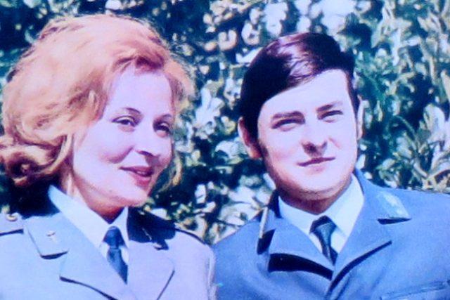 Vrchní celní kontrolorka Jana Dostálová a její polský kolega Richard Písecký na stránkách časopisu Svět socialismu z roku 1973
