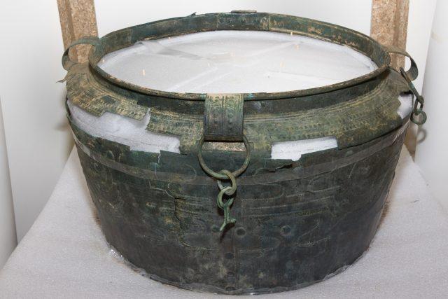 Bronzová nádoba v průběhu konzervace