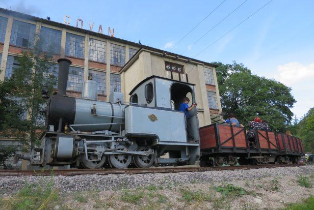 Funkční replika parní lokomotivy před Vonwillerovou továrnou