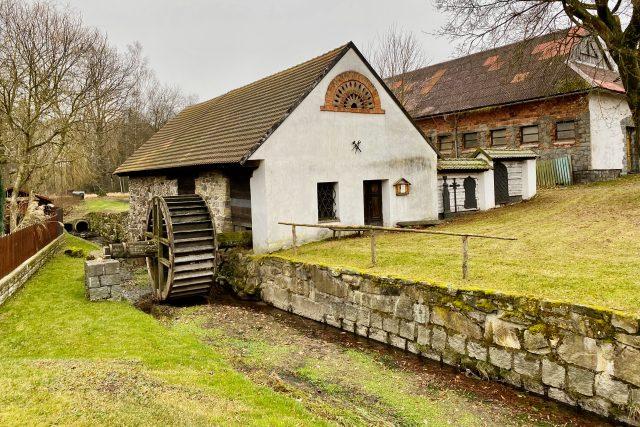 Vodní hamr a mlýnice v obci Svobodné Hamry jsou pozůstatky zpracování železné rudy v kraji