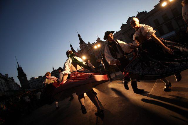 Folklorní soubory na Pernštýnském náměstí v Pardubicích tančí na tradiční Pernštýnské noci   foto: Profimedia