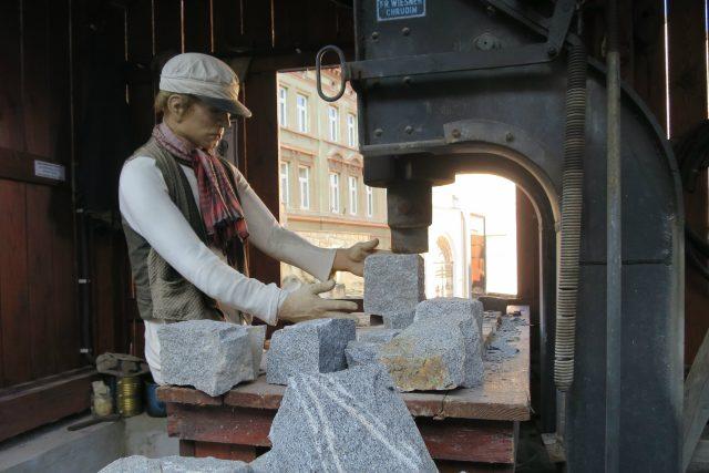 Ukázka práce na historické štípačce kamene ve venkovní expozici skutečského muzea
