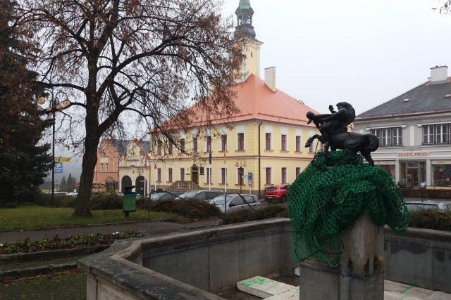 Kašnu zdobí bronzová socha Nymfy a Kentaura, kterou vytvořil místní umělec František Rous mladší. V pozadí historická radnice