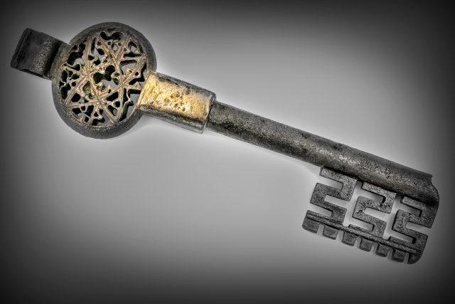 Starobylý klíč je jedním z mála pozůstatků opatovického kláštera   foto: Luděk Vojtěchovský