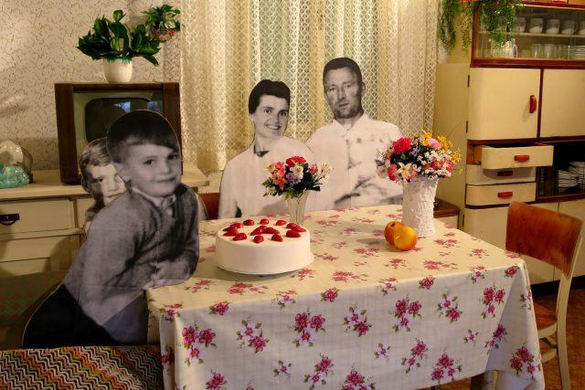 Expozice kuchyně 50. let vznikla podle autentické rodinné fotografie