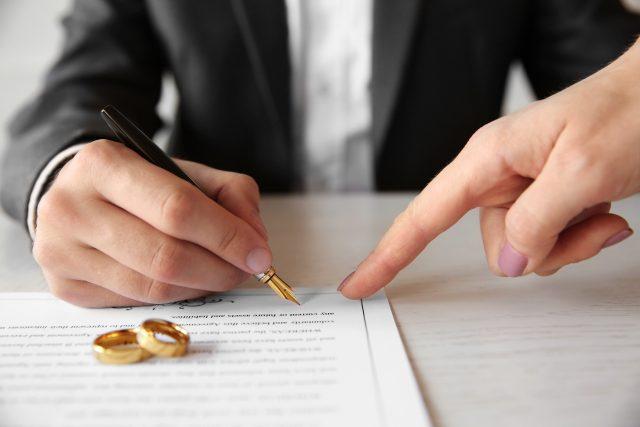 Muž podepisuje předmanželskou smlouvu