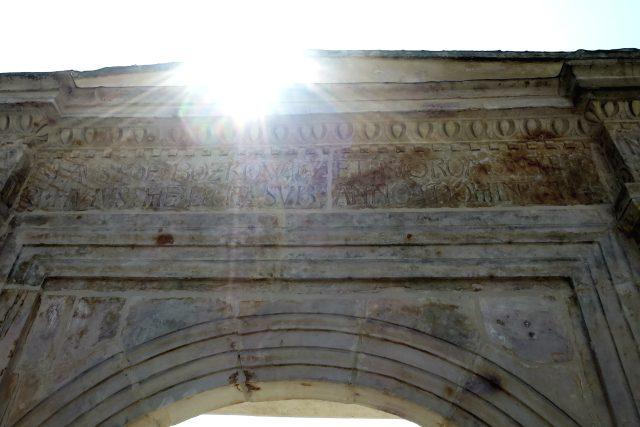 Portál s latinským nápisem a datací 1492