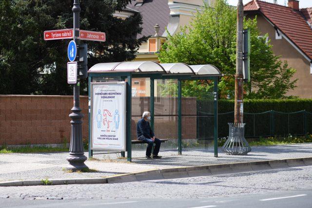 Muž čeká na zastávce v Pardubicích na autobus | foto: Honza Ptáček,  Český rozhlas,  Český rozhlas
