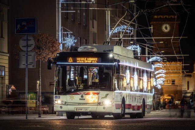 Vánoční trolejbus v ulicích Pardubic