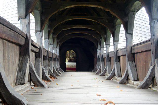 Průhled dřevěným krytým mostem v Kočí u Chrudimi