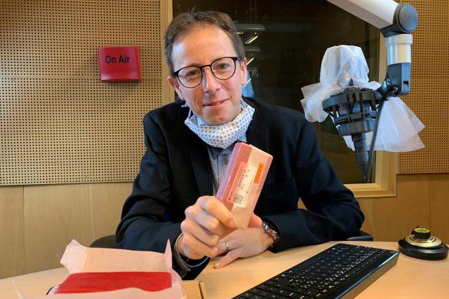 Mluvčí chemičky Explosia Martin Vencl přinesl ukázat Semtex
