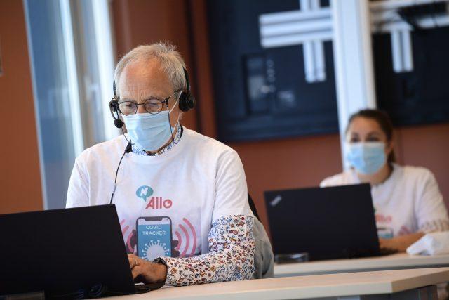 Telefonní operátor obvolává kontakty lidí nakažených nemocí covid-19