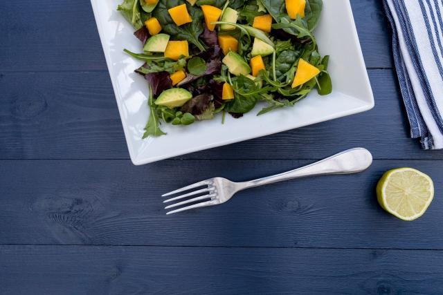 Zeleninový salát s mangem a avokádem