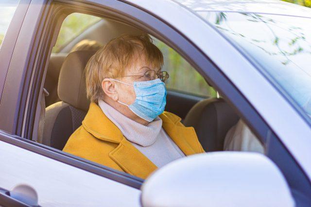 Starší žena jede na vyšetření do nemocnice