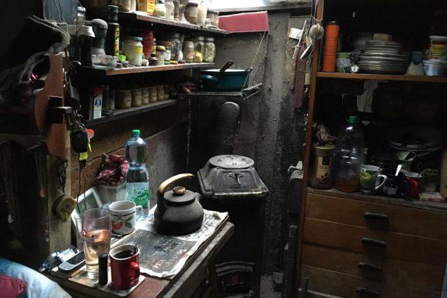 Kuchyňka v lesním obydlí nedaleko Pardubic